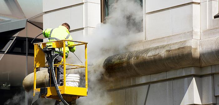 Nettoyer une façade de maison